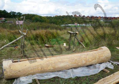 Figura 8_montarea pe picioare a troacei de lemn