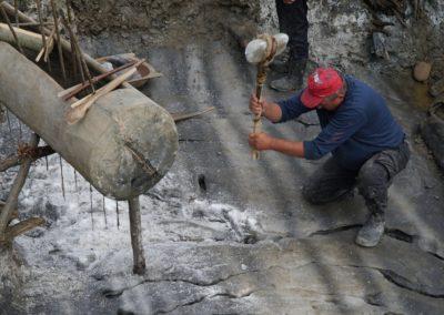 12_Extragerea sarii cu ciocanul de minerit din piatra_2019